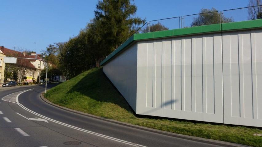 czyszczenie graffiti z betonowego muru oporowego - etap 1